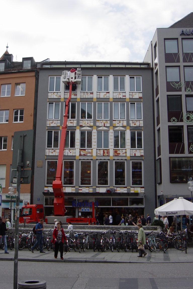 Hebebuehne-Kuenstler-Fassadadensanierung-Neu-Café-Rischart-Marienplatz